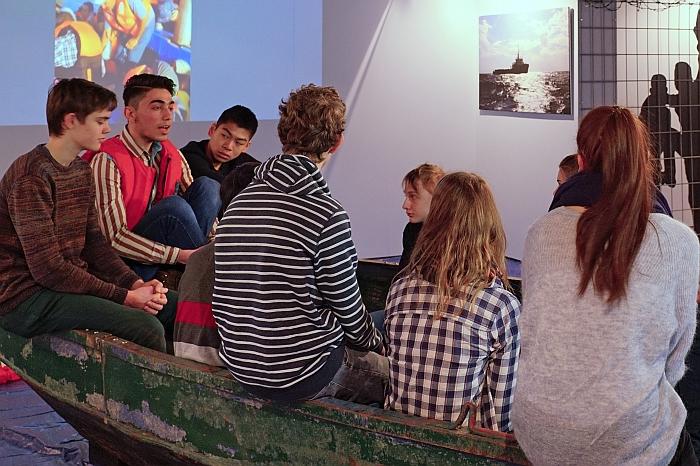 Khaled bei der Ausstellungseröffnung mit Oberstufenschülerinnen und -schülern des Willigis